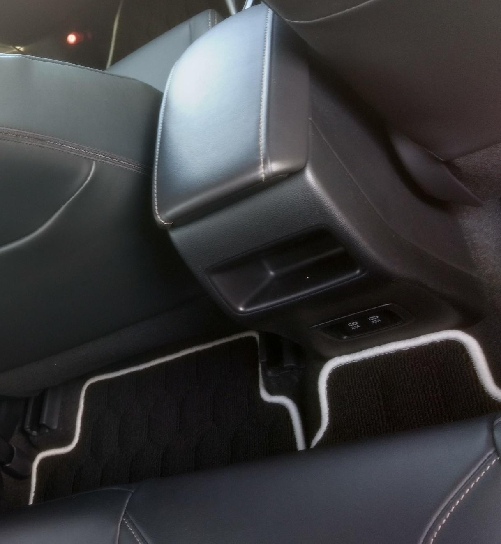 トヨタ カローラツーリング 後部座席